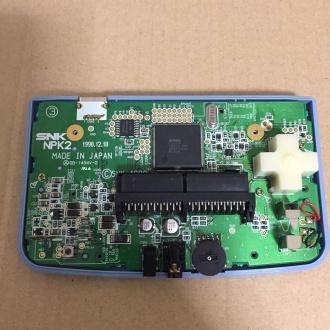 筐体前面と基盤。十字キー右上と左下、基盤左端にプラスネジがある