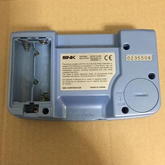 筐体背面。電池右下のY字ネジに注意。向かって右側の3本と電池ボックス内の2本はプラスネジ