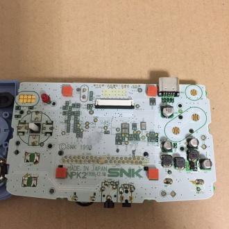 基盤。中央上部の白いコネクタに液晶がつながる